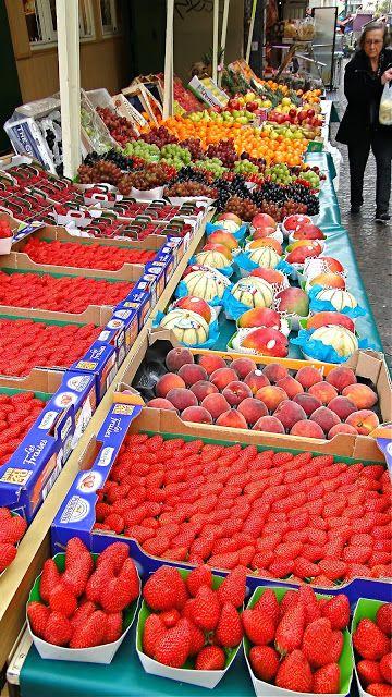 Outdoor market on the Rue Mouffetard . Photo: blog The Road Is Mine……réepinglé par Maurie Daboux ༺༻⊰✿