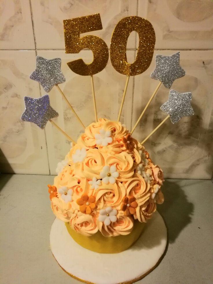Feliz martes con nuestro delicioso y hermoso cupcake gigante hecho de vainilla con chips de chocolate y relleno de fresas y duraznos con crema! Una dulce tentación para no perderse!