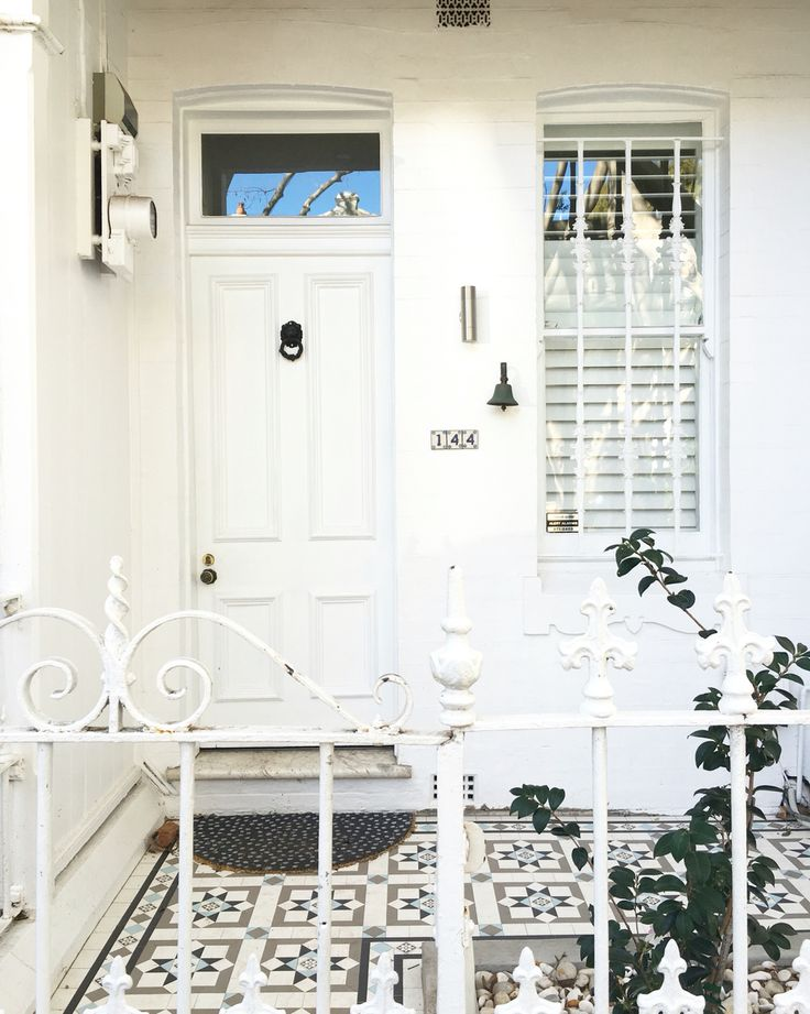 Inner city terrace living // Paddington, Sydney. See Australia ❤️ White on white.