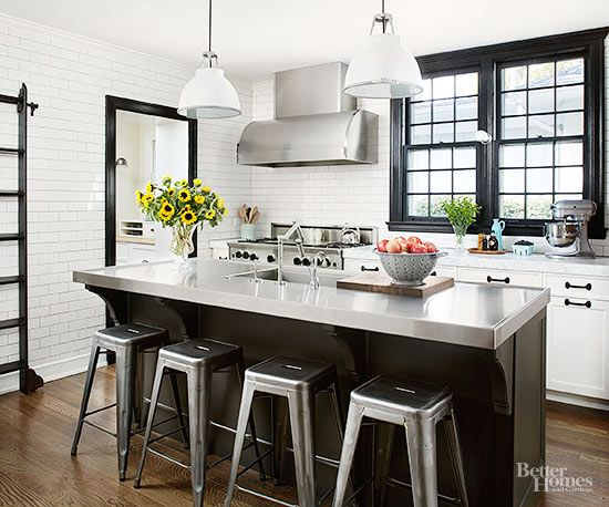 Aplausos para materiais misturados. Nesta cozinha, superfícies brancas são pontuadas por guarnição preta e aço inoxidável. O piso de madeira, a ilha, e armários aquecem o visual, criando um estilo vintage junto ao moderno.