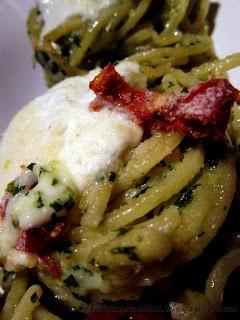 Una ricetta che sa di estate, dei gustosi nidi di spaghetti alla chitarra con pesto fresco e burrata