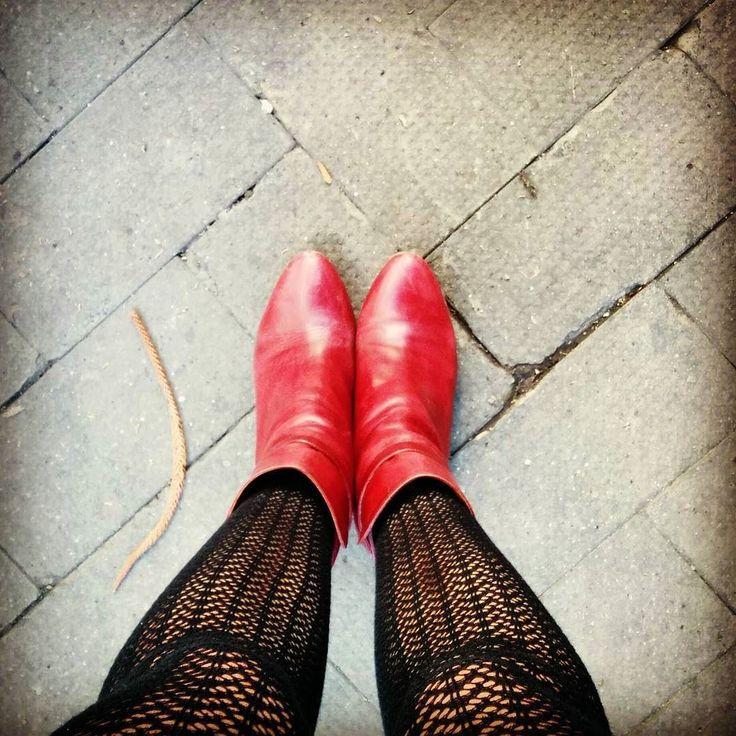 Io con gli stivaletti rossi arrivo ovunque #shoes #shoeporn #shoestagram #redshoes #red #scarpe #scarperosse #stivaletti #boots #calze #collant #collantnoir #blacktights