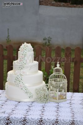 http://www.lemienozze.it/gallerie/torte-nuziali-foto/img27744.html Torta nuziale bianca con decorazioni floreali