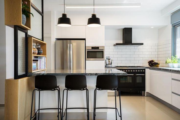 שילוב של עץ, ברזל וזכוכית בדירה שלפניכם יצר ניגוד מעניין בין חללים כבדים ומרובעים לבין אזורים קלילים ורעננים, והפך את הבית כולו לייחודי וצעיר