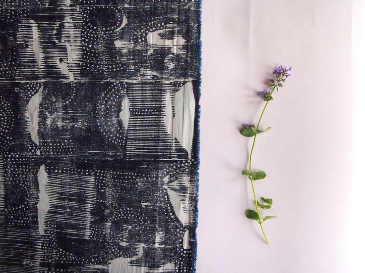 Modrotiskový bavlněný panel s autorským motivem. Ruční tisk na látce.