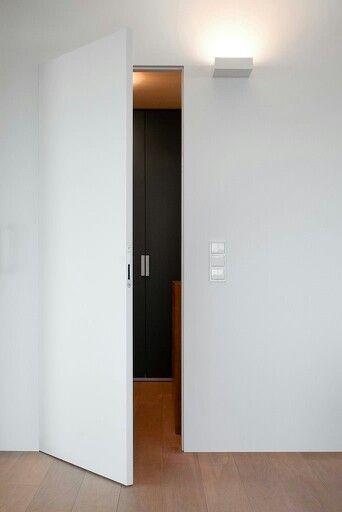Jednoduchý a  čistý design, žádné viditelné kliky,  kování ani panty. Ideální pro bezfacové i falcové dveře. Jedinečný systém otvírání dveří bez klik. Bonaiti B-No Ha umožňuje použít dveře bez osazení kliky a kování.  Speciální frézou připravíte do dveří otvor pro magnetický zámek a protiplech umístíte do zárubně. Možno použít i na posuvné dveře a s wc knoflíkem pro koupelny a toalety. Více informací na www.klikybomark.cz a www.bomark.sk