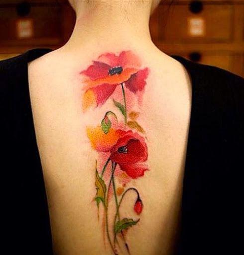 Joli tulipe tatoué en aquarelle le long de la colonne vertébrale https://tattoo.egrafla.fr/2016/02/12/modeles-tatouage-aquarelle/