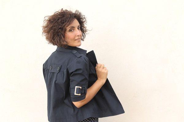 indossare la giacca sul tubino, trench corto blu, modella curvy, plus size model, short hairdo, short curly hair, taglio di capelli corto, capelli ricci corti