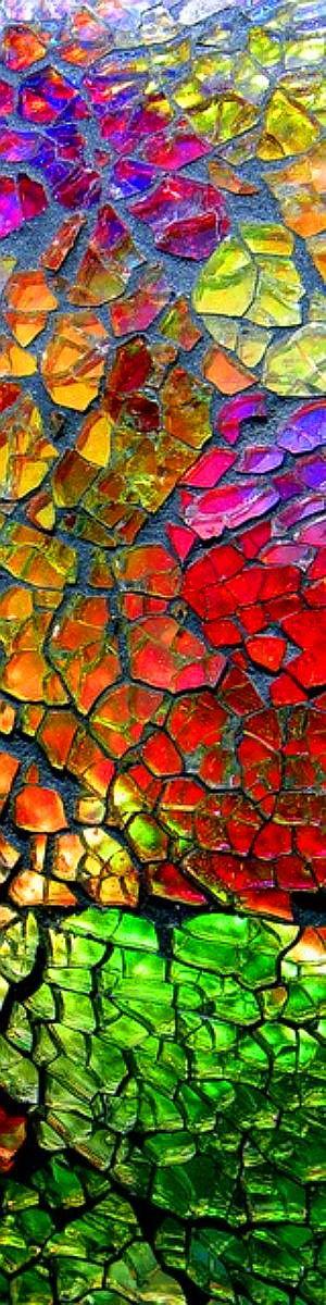 Textura: mosaico de vidrios. Estos vidrios son quebrados a propósito para luego crear alguna figura o pintura bastante colorida. Es una textura agrietada.