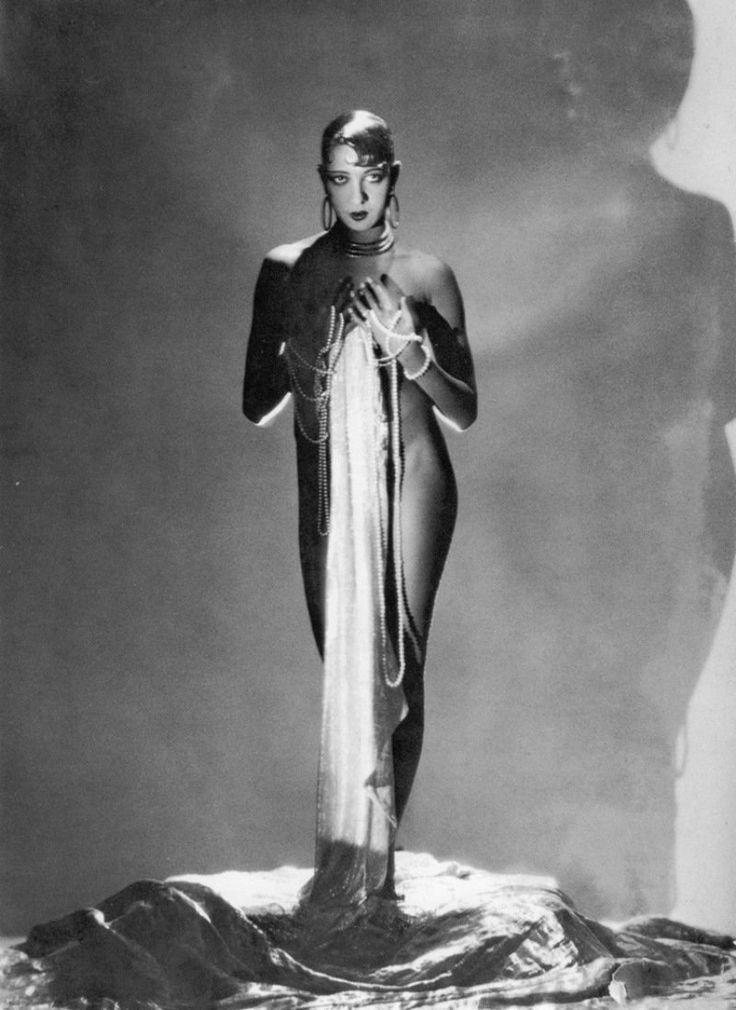 Американка Жозефина Бейкер сделала блестящую карьеру и стала звездой парижских кабаре. Публика впервые в ее исполнении увидела чарльстон. О Жозефине говорили, что она — черная Венера, посещавшая поэта Бодлера в его снах. Эрнест Хемингуэй считал ее самой удивительной женщиной, которую знал кто-либо. Ей покровительствовала целая армия великих политиков и королевских особ 20 века. Пикассо рисовал ее, Колетт писала ей восторженные письма, молодой Жорж Сименон был ее секретарем.