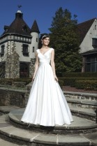 Royal anmutendes Brautkleid von Sincerity Bridal, Modell mit V-Ausschnitt und Criss-Cross-Drapierung.
