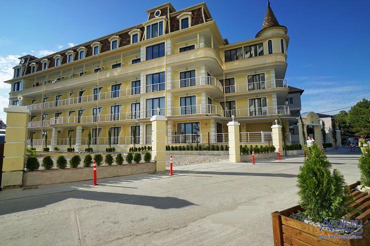 """<b>""""GRAND-SHATO""""</b> - новый отель, открылся на курорте Ольгинка, в 89 метрах от моря на берегу реки ТУ.  <b>Территория.</b> Современное, пятиэтажное здание, с лифтом,  подземной стоянкой для транспорта и бассейном, панорамные окна с выходом на балкон в каждом номере, практически на берегу моря, это комфортный отдых на сегодняшний день. Коридоры и номера покрыты ковровым покрытием.  <b>Размещение.</b> Номера оборудованы: ТВ, холодильниками, общей системой кондиционирования, сейфами и…"""