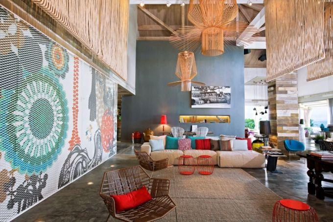 Relaxovat se dá v designových křeslech a pohovkách pod svítidly a dekoracemi, které nezapřou inspiraci okolním prostředím