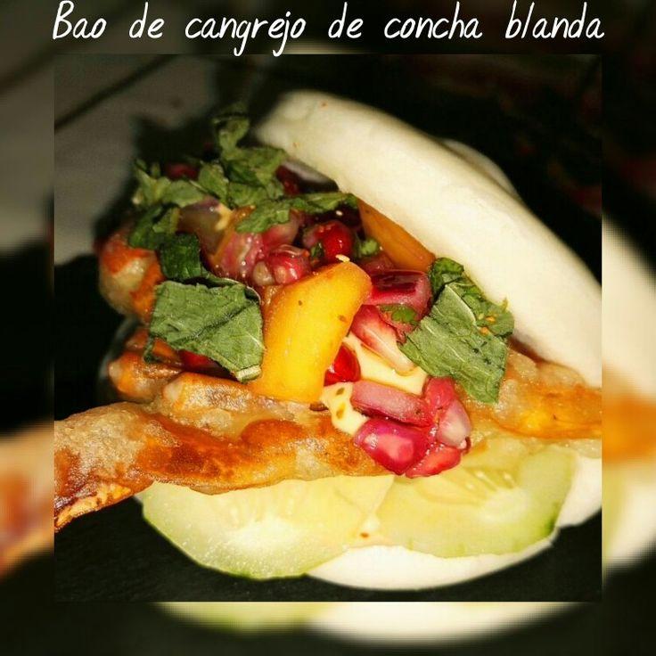 Bao de cangrejo de concha blanda, con aliño de cebolla morada, granada, mango y lima, hierba buena y cilantro, con mayonesa de sriracha