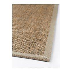 Mattan är mycket slitstark och hållbar eftersom den är gjord av sisal, ett naturligt fiber från agaveplantan. Kantbandet av polyester gör mattan extra slitstark och tålig. Du kan vända på mattan och slita på den längre, eftersom den ser likadan ut på båda sidorna.