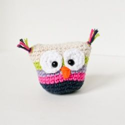 Crochet Owl Pouch - Use up that scrap yarn and make yourself this owl pouch to hold your loose change! | Looksi Square