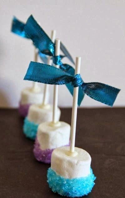Basta dar uma passadinha no açúcar cristal colorido que os marshmallows já ganham um novo visual! A fita na ponta do palito foi escolhida em uma cor mais escura para criar mais contraste.