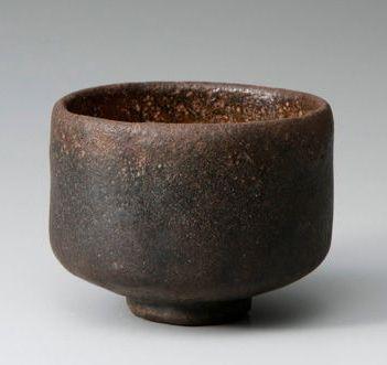 41、黒楽茶碗「万代屋黒」 所蔵不明  これ以上にない落ち着きをもった黒楽であり、指折りの名品です。しかし近年までは千家秘蔵の品であったそうで、ようやく2012年に京都楽美術館において初公開されました。作風としては赤楽の「手枕」「獅子」と似ていますが、風情には「次郎坊」と似た質感があります。