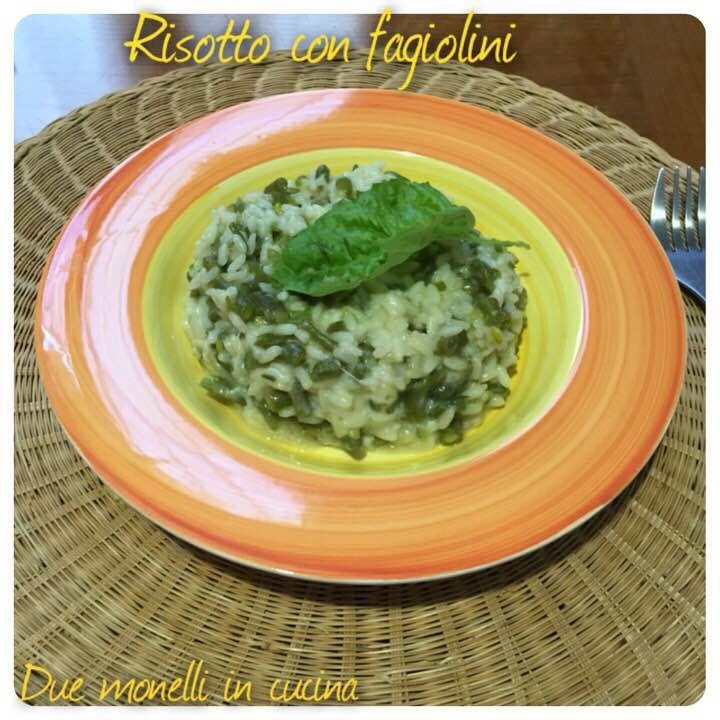 Il risotto con fagiolini e provola affumicata è un primo piatto semplice e goloso perfetto per far mangiare la verdura anche ai bambini.
