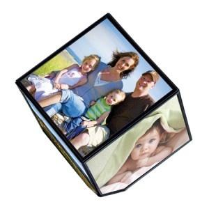 Pour décorer votre intérieur de la plus magique des façons tout en n'énervant pas votre porte-monnaie, optez pour le cadre photo magique ! Accessoire high tech par pure définition, il fera tourner six de vos photos préférées, comme par magie. Pour découvrir ce cadeau original, rendez-vous sur http://www.pinklemon.fr ! Pinklemon, le zeste d'idée cadeau pas cher.