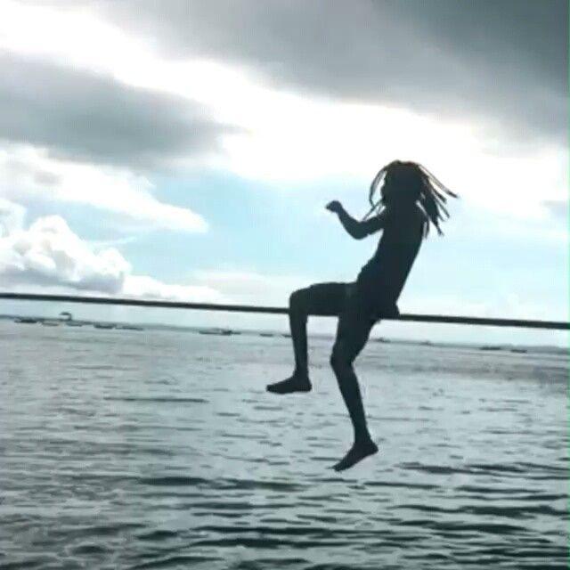 """""""Mostro um trecho, uma passagem de um livro antigo. Pra te mostrar que a vida é linda. Dura, sofrida, carente em qualquer continente. Mas boa de se viver em qualquer lugar"""". @lucas.sato  #slackclick #slackline #waterline #positivevibrations #balance #fé #inspiration #slackteamsalvador #rasta #slacklining #bahia"""