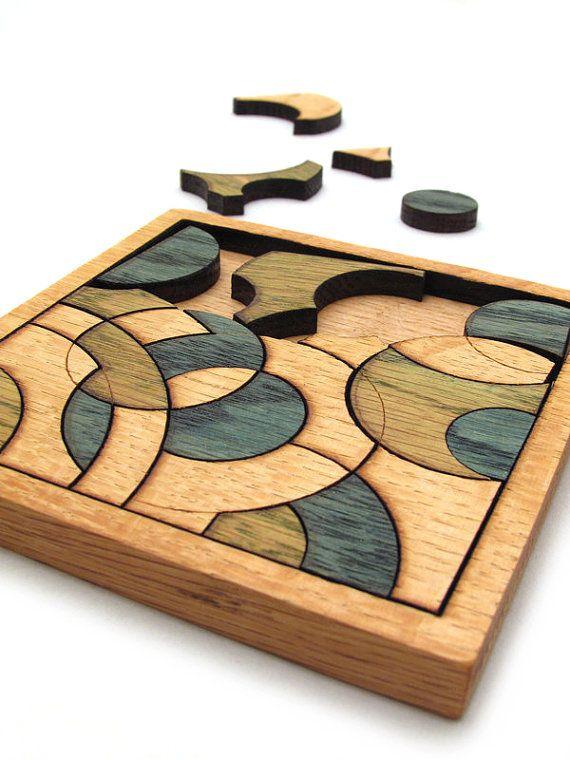 Puzzle de círculos azules y verdes - mano color Robles piezas. Madera verde bosque