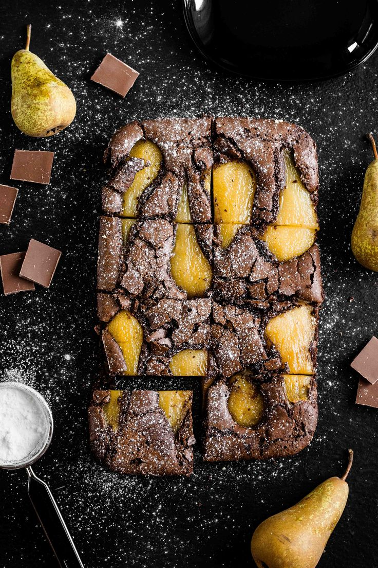 Brownie z gruszką gotowaną w syropie.