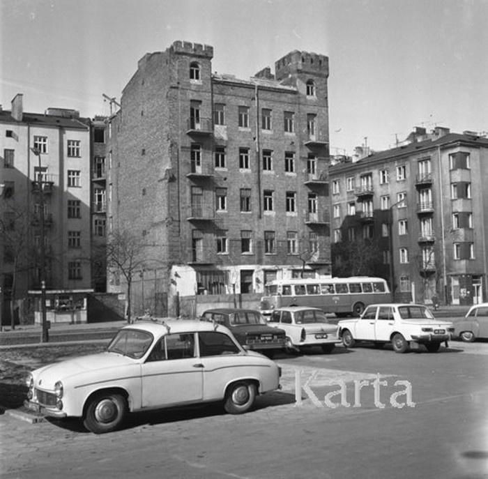 Zamek Królewski na Starówce, to rozumiem, ale zamek na Pradze?! Tak, to możliwe… Wsiądź Pan w 170 i na Ząbkowską ruszaj, wyskocz przy pierwszej Pelce, na pięcie obrót zrób i podziwiaj! A najpierw spójrz na fotkie z 1974 roku – oto Ząbkowska 37! Autor fotki: Jarosław Tarań (zbiory KARTA)