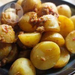 Chtitha batata (Algerische Kartoffeln mit Dersa) - Dersa ist eine scharfe Chili-Knoblauchpaste aus Algerien. Man kann diese Kartoffeln mit roter Soße als Hauptgericht oder Beilage essen.@ de.allrecipes.com