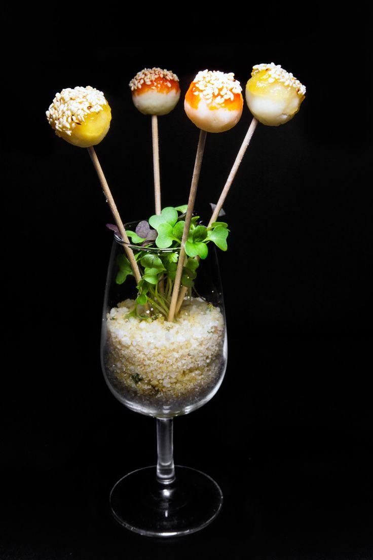 Chupa chups de queso semicurado de cabra con mermelada de piña y de pimiento morrón, por Juan Carlos Clemente