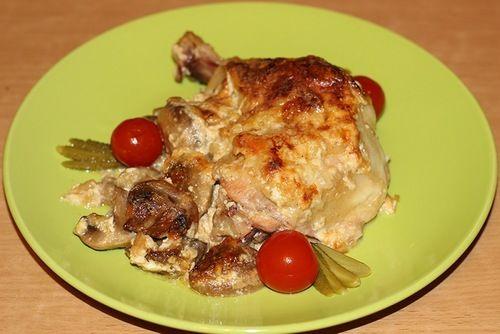 Куриная ножка с грибами под сметанным соусом