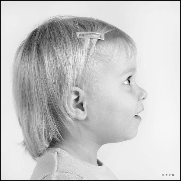 Portret en profil: Het is portret van opzij gezien.  Je ziet de zijkant van het gezicht van het meisje goed