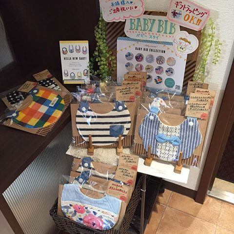 香川県高松市にある美容室にスタイを委託販売して頂くことになりました!! …と言っても、うちの母のお店なので委託料かかりません(笑)最近ずっとディスプレイとかPOPを考えてました(*^_^*) まだネット販売してない新作も置いてるので、ぜひお立ち寄り下さい♡ EiMI'S HAIR エイミズヘアー 香川県高松市藤塚町2丁目5-24 永光ビル1F ・  #ハンドメイドスタイ #手作りスタイ #リボン付きスタイ #ゴム紐スタイ #ゴム付きスタイ #ポケット付きスタイ #babybib #minne #creema #出産ギフト #出産祝い #ハーフバースデー #妊娠 #出産 #香川県 #香川 #高松 #高松市 #香川県美容室 #高松市美容室 #ハンドメイド委託 #委託販売 #ベビー小物 #ディスプレイ #POP #ポップ #高松ママ #香川ママ