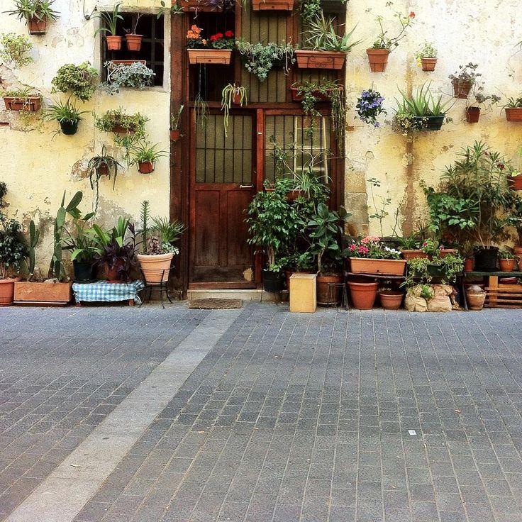 Barcelona by @laciudadalinsta  #barcelona #elborn #españa #catalunya #facade #fachada #spain #igers #igers #ig_europe #rsa_streetview #rsa_doorsandwindows #bcn La ciudad al instante
