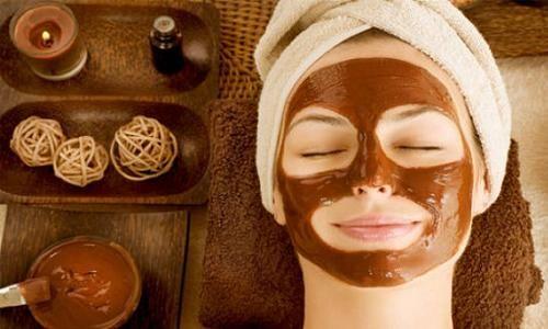 Vi proponiamo delle ricette di cosmetici fatti in casa con il cacao che potrete preparare da soli: scrub al cacao anticellulite, maschera idratante, crema viso al cioccolato.