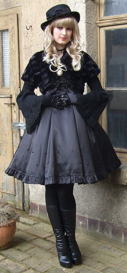 Gothic Lolita this is absolutely stunning! I do wish she would have added something else to catch the eye though. But then again simplicity is key to some coords.