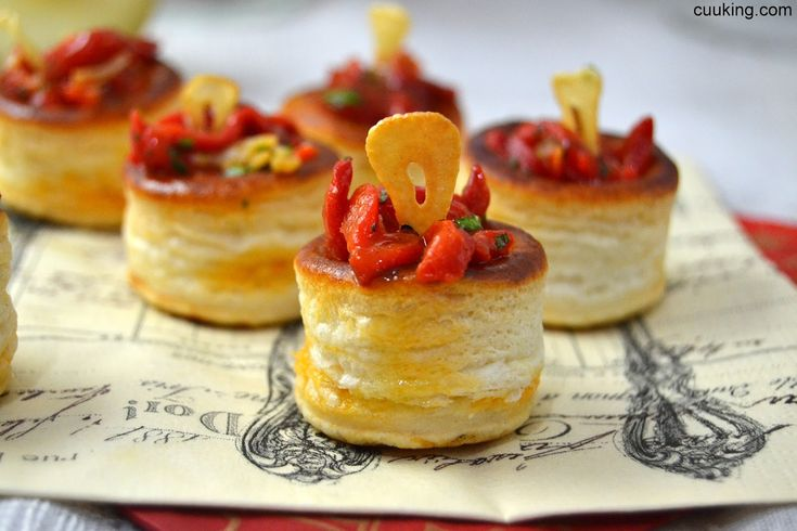 Volovanes rellenos de piquillos al ajillo // Red peppers and garlic vol-au-vents
