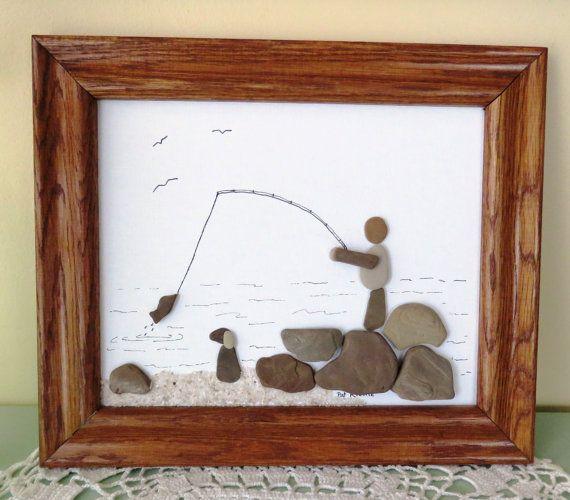Cette image dart galets originale ferait un grand cadeau pour le pêcheur dans votre vie ou à accrocher dans votre maison dété. Il a été créé sur la toile avec plage de galets du lac Michigan et du sable. Il dispose dun pêcheur tirant dans un poisson en se tenant debout sur les rochers. Son chien est assis sur la plage en regardant laction. Il est encadré dans une charpente en chêne recyclé. La photo encadrée mesure 12 1/2 « x 10 1/2 ».