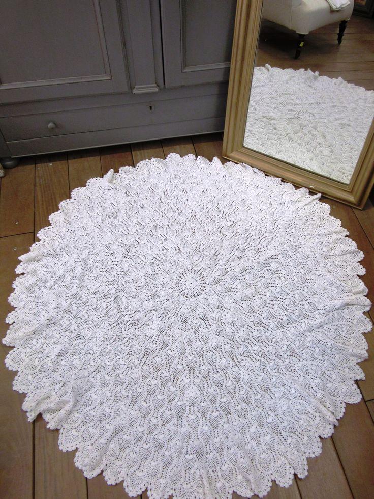 Magnifique nappe ronde détournée en tapis, shabby chic! Au Vieux Chaudron, Paimpol.