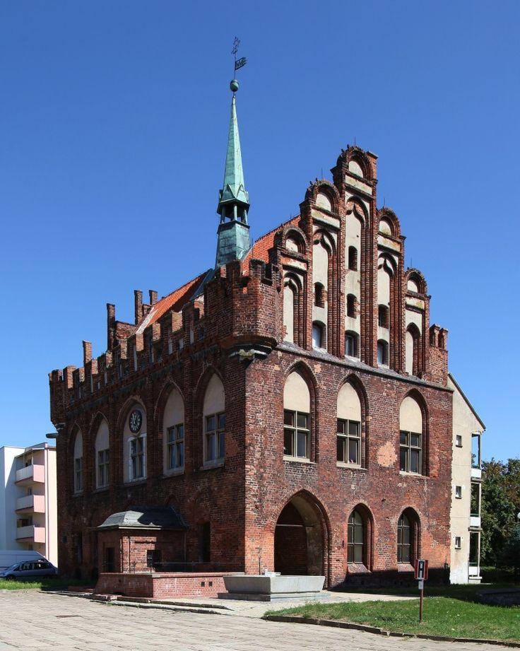 """Ratusz w Malborku – wzniesiony został w latach 1365-1380 w stylu gotyckim w miejscu wcześniejszej budowli. Rekonstruowany w końcu XV wieku i w roku 1901 przez Conrada Steinbrechta.  Obecnie w ratuszu mieści się Miejski Dom Kultury """"Ratusz""""."""