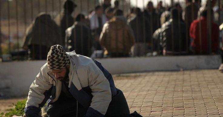 """Os 5 mandamentos do Islã. Os cinco mandamentos da fé islâmica são mais comumente referidos como os Cinco Pilares do Islã. Estes são os cinco códigos morais relativos a Alá, """"Deus"""" em árabe, que decreta o que é certo e o que é errado. Conformar-se com esses códigos é mostrar submissão a Deus."""