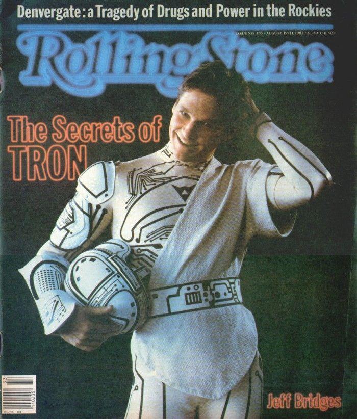 Jeff Bridges posa per la copertina di Rolling Stone su Tron  Questa storica copertina celebra il visionario film Tron che nel 1982 ha sconvolto il mondo e portato la cibernetica nei cinema. Una copertina utile per fotomontaggi vintage.
