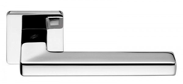 Con rosetta quadrata, la maniglia in finitura cromata misura L 14,2 x P 6,4 x H 5 cm; Iva esclusa, una coppia costa 80,9 euro Esprit di Colombo Design