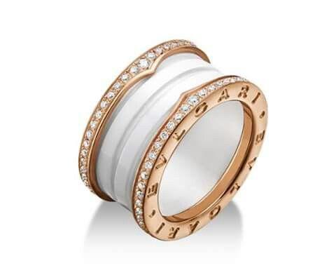 Anello B.zero1 a quattro fasce in oro rosa e ceramica bianca con pavé di diamanti lungo i lati. Bulgari