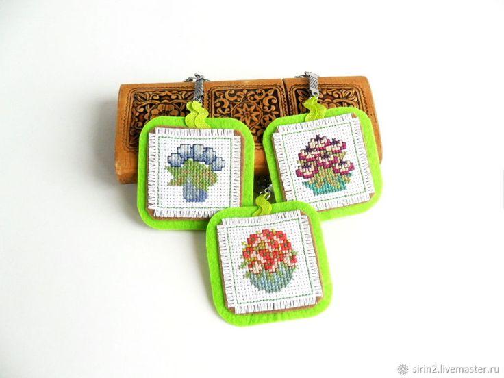 Брелок для сумки Пора цветения, ручная вышивка крестом, фетр – купить в интернет-магазине на Ярмарке Мастеров с доставкой