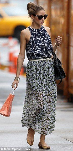 Traje de Olivia Palermo, una falda de estampado de puntos sueltos superior y con brisa floral, es un enfrentamiento salvaje de los patrones