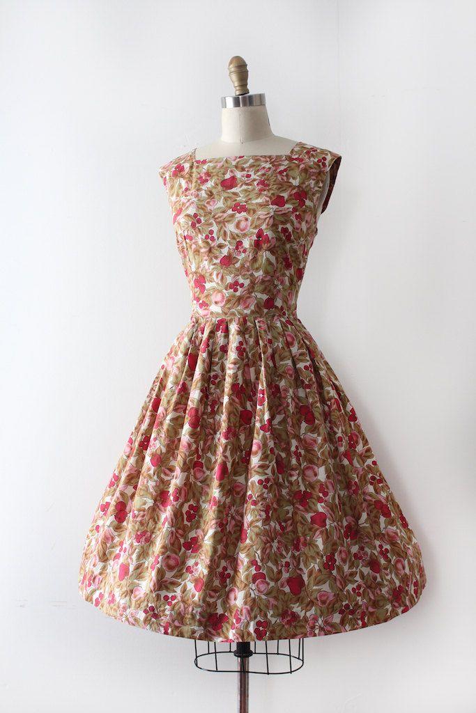 Super schattig nieuwigheid jurk uit de late jaren 1950 / begin jaren 60. Deze jurk beschikt over een ingerichte bovenlijfje en taille met een open rok en een grote nieuwigheid afdrukken met bloemen en fruit!  Label: geen Sluiting: de oorspronkelijke kunststof rits  Maten: best past: medium  Bust: 37 Taille: 30.5 Heupen: open  Lengte: 40  Voorwaarde: bijna uitstekende vintage staat - kleine tekenen van slijtage, en een teeny scheuren / gat in de rok. het wordt weergegeven in de laatste…