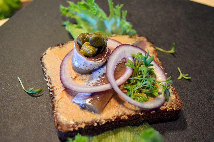Kaikki aromikkaat ja hienostuneet maut sopivat hyvin Uotilan Tumman Kalastajanlimpun kanssa. Anjovis ja maksa ovat kuin luodut toisilleen. Tanskalainen voileipäkulttuuri yhdistelee rohkeasti makuja ja raaka-aineita keskenään. Eikä ihme, että voileipäkulttuuri on siellä arvossa.
