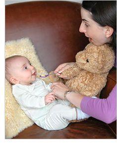 Estimula el sentido de causa y efecto y el apetito de tu bebé con estos juegos para bebés de 6 meses y 2 semanas.