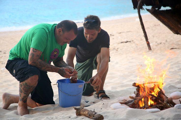 Προετοιμασία για ένα ωραίο δείπνο στην παραλία